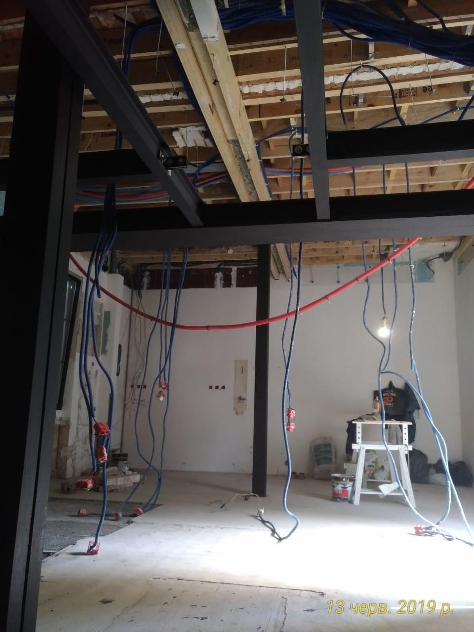 Création de mezzanine et de trémie, démolition de faux-plafonds. Renforcement par structure métallique