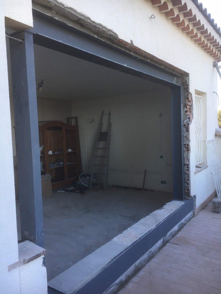 L'ouverture dans un mur de façade dans une maison individuelle à Vence. Renforcement par poutres en BA et poutres métalliques moisés. - Murs porteurs