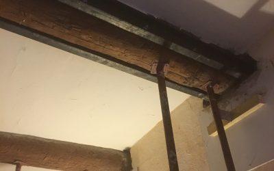 Renforcement des poutres existantes en bois par la structure métallique. Démolition d'une cloison à Villeneuve-Loubet.