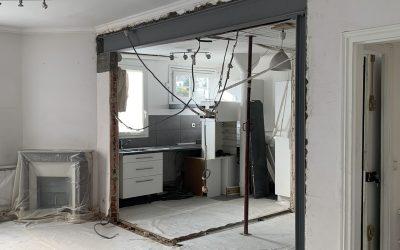 Agrandissement d'une baie dans le mur porteur dans l'appartement à Cagnes sur Mer. Renforcement par structure métallique.