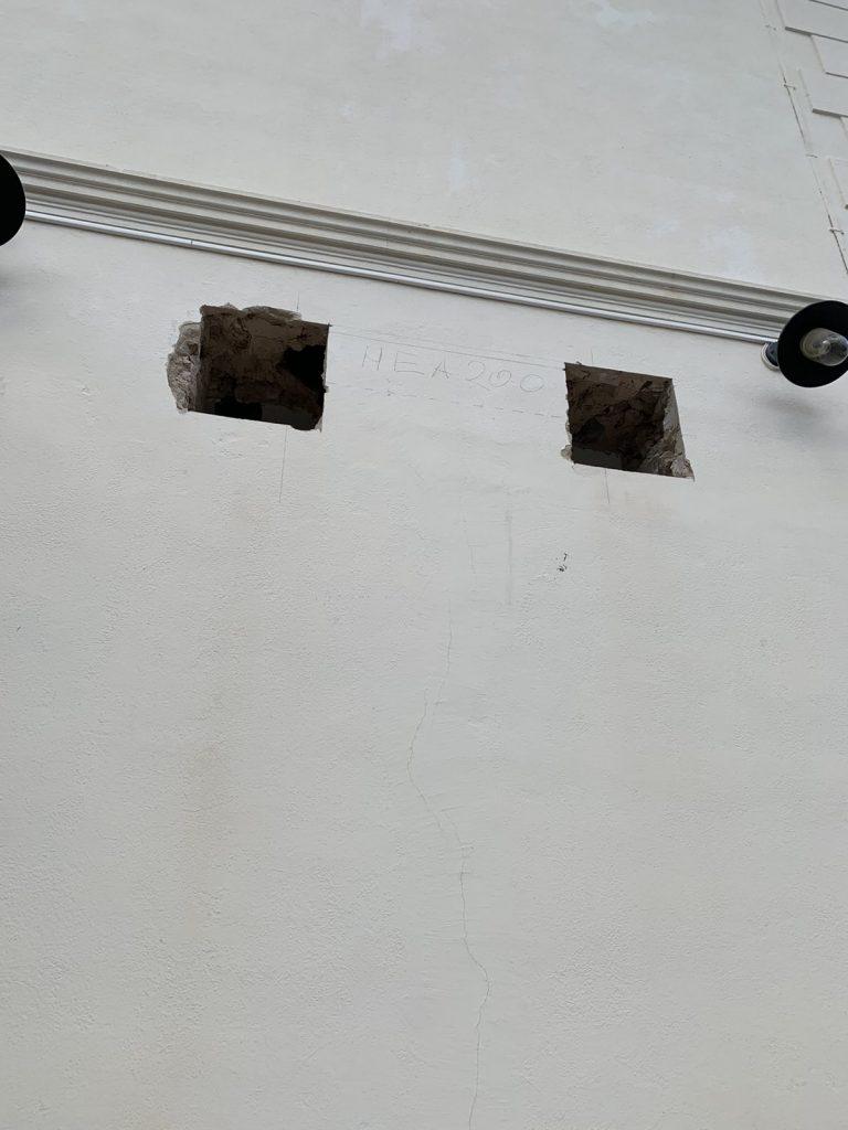 Ouverture des fenêtres dans le mur de  façade, renforcement par IPN à la Roquette-Sur-Siagne - Agrandissement d'une baie