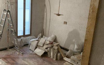 Démolition d'une cloison semi-porteuse à Villeneuve-Loubet . Renforcement par un structure en bois.