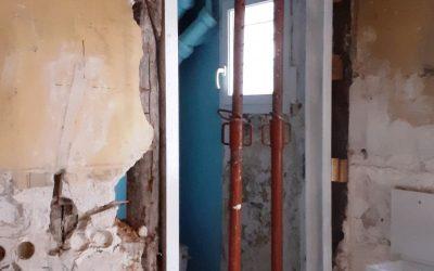 Création d'une ouverture dans le mur porteur en pannes bois. Consolidation par structure métallique à Cannes La Bocca.