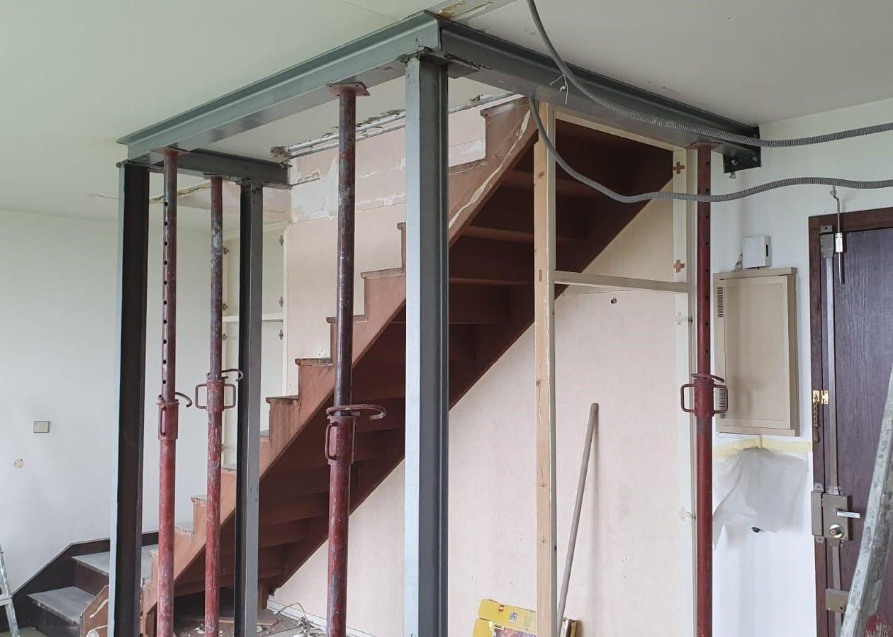 Agrandissement d'une trémie d'escalier existante. Renforcement par structure métallique à Brignoles. - Structure métallique
