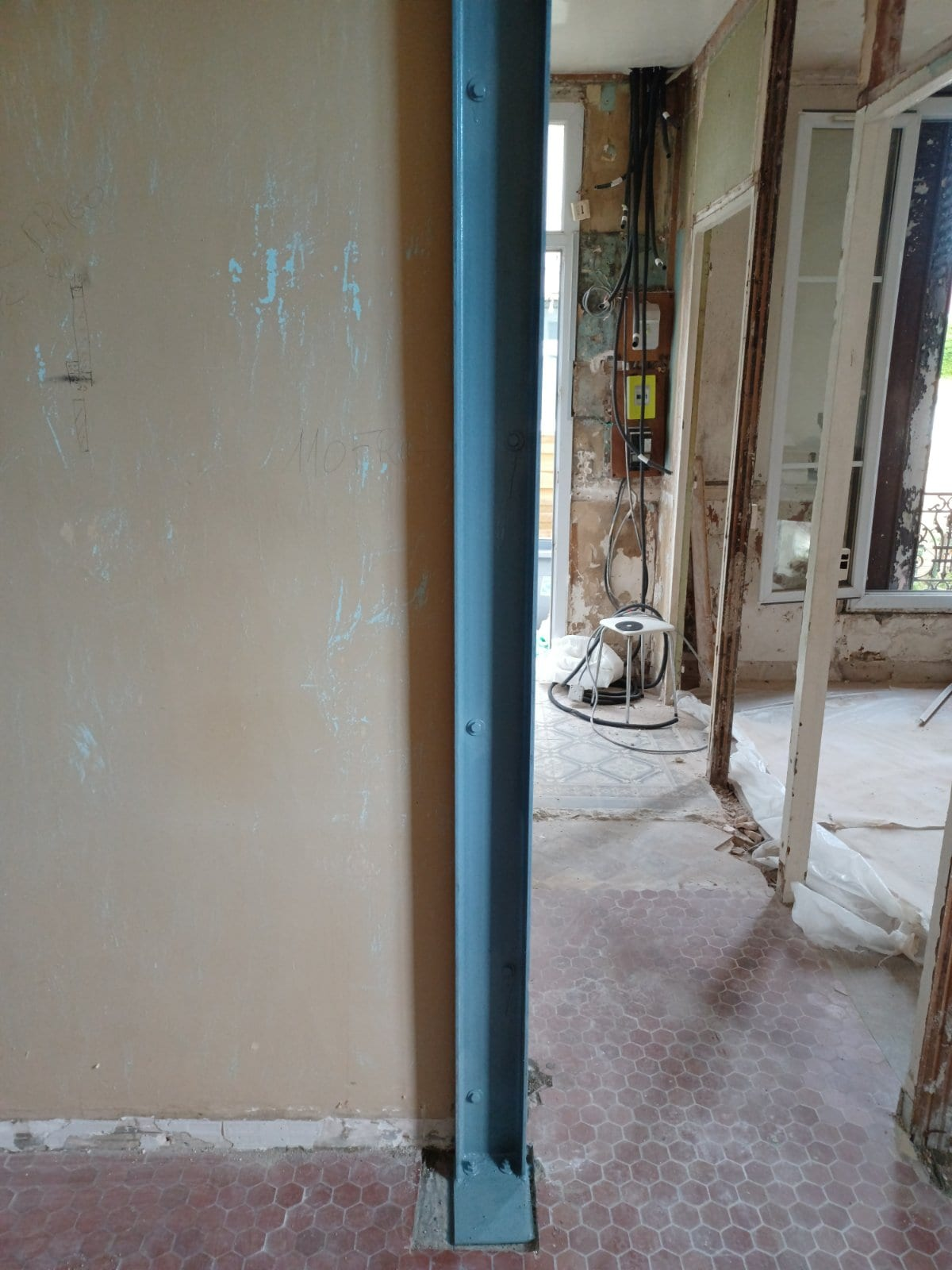 Création d'une ouverture dans un mur porteur. Renforcement par structure métallique au Lavandou. - Murs porteurs
